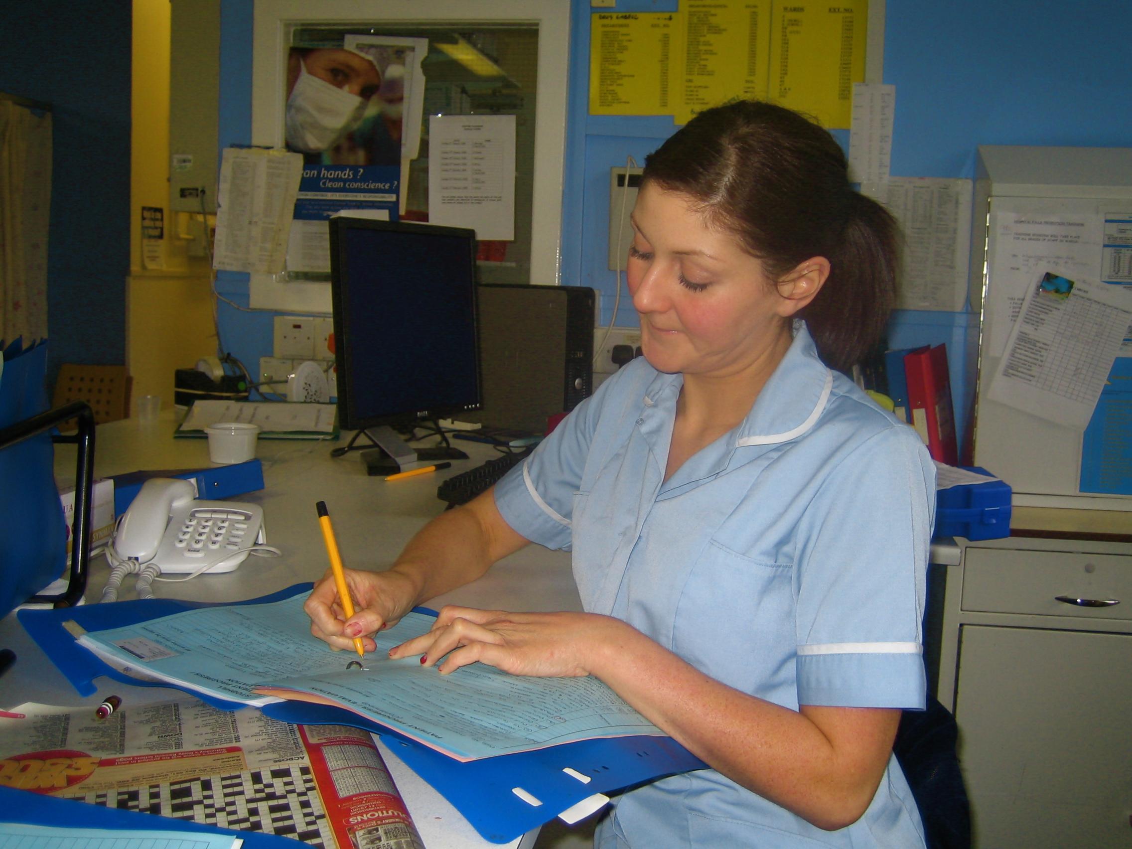 pielęgniarka pisze - wikimedia cc