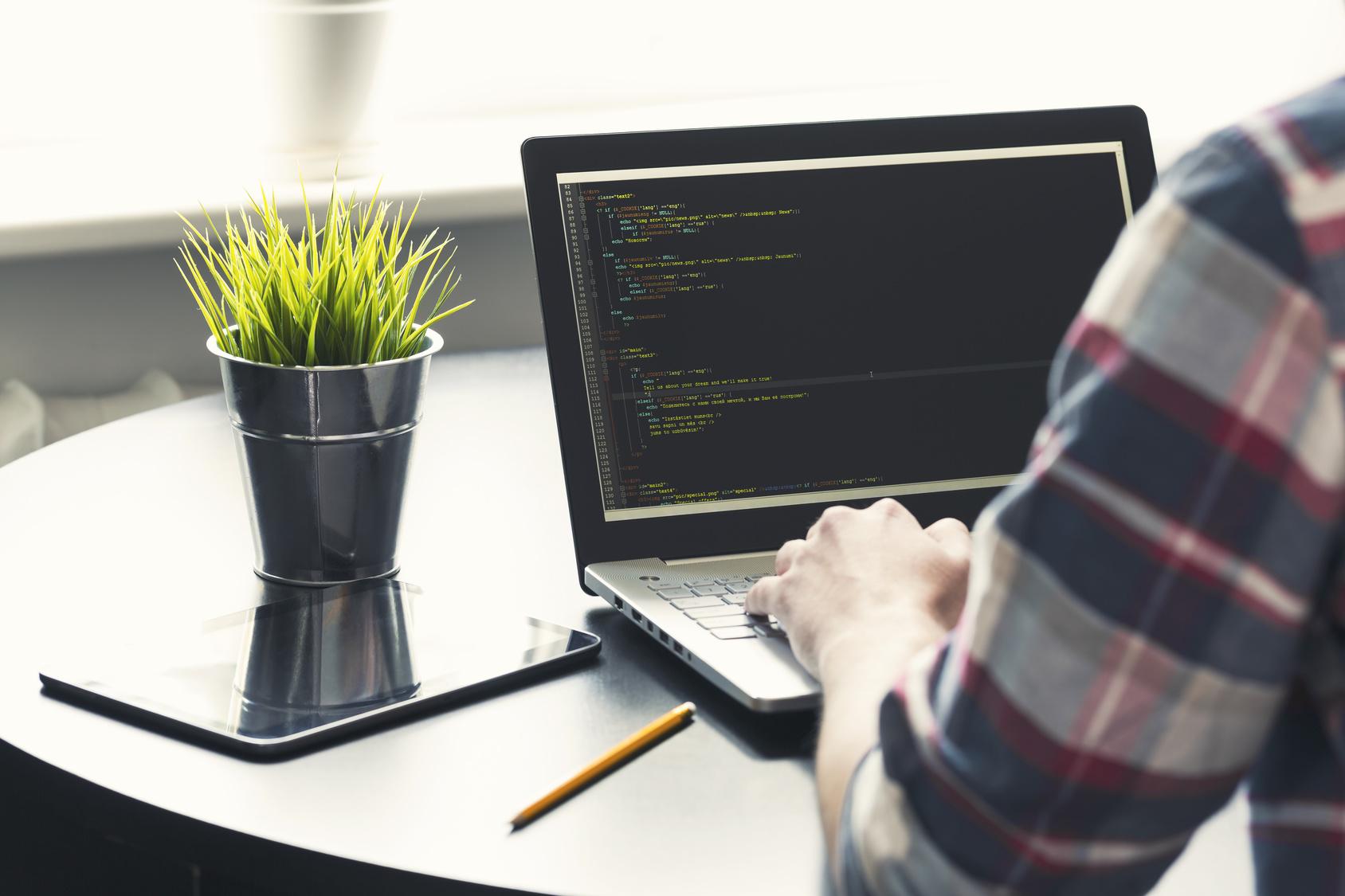 haker programista komputer laptop - fotolia.pl