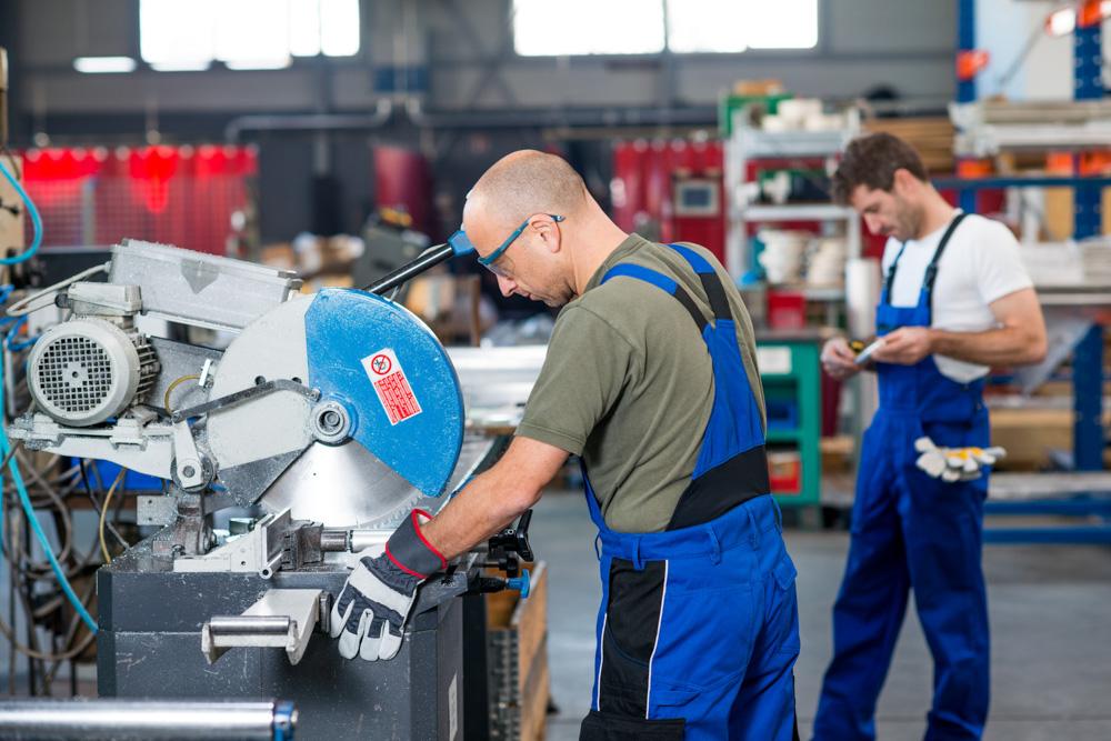 pracownik w małej fabryce - Fotolia/Radio Merkury