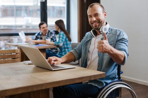samodzielny niepełnosprawny w pracy - Fotolia