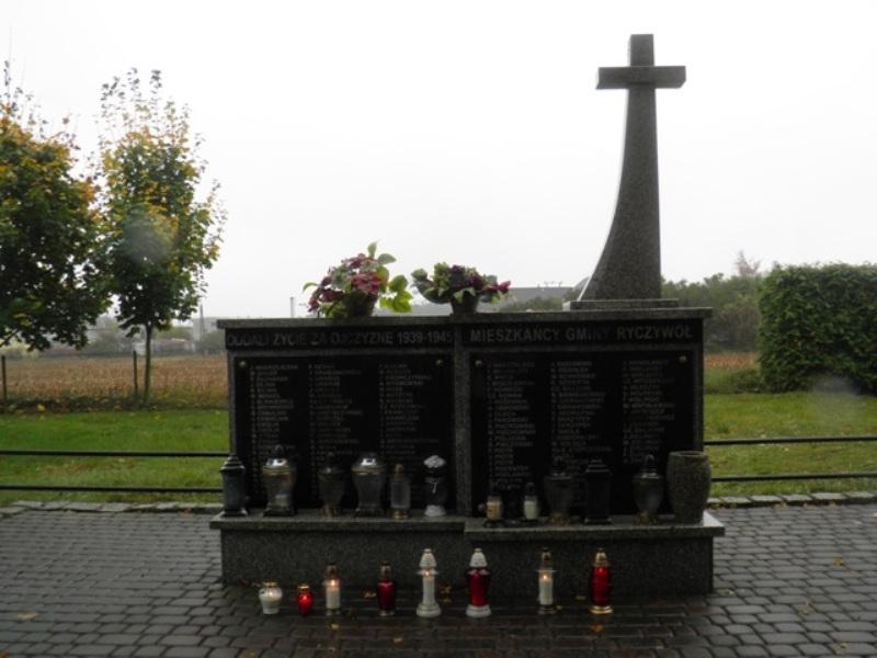Uczniowie klas II i III Gimnazjum im. Jana Pawła II w Ryczywole i klasy IV b Szkoły Podstawowej w Ryczywole zapalili znicze pamięci - pomnik na cmentarzu i obelisk na rynku w Ryczywole.