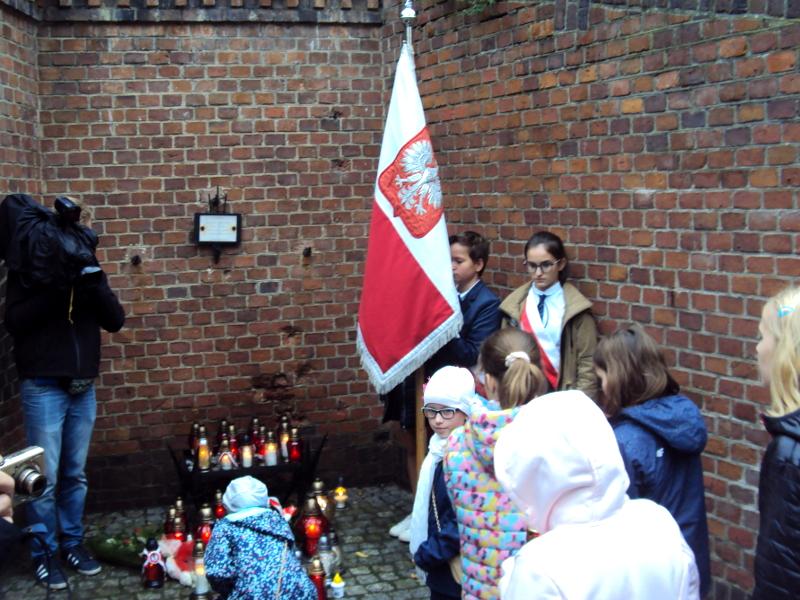 Uczniowie Szkoły Podstawowej nr 58 w Poznaniu w niedzielę wzięli udział w głównych uroczystościach w Forcie VII w Poznaniu