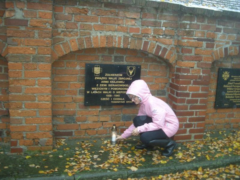 Rada Uczniowska ze Szkoły Podstawowej w Sierakowie wraz z opiekunem Elżbietą Cymanek zapaliła znicze w Panteonie Ziemi Sierakowskiej.