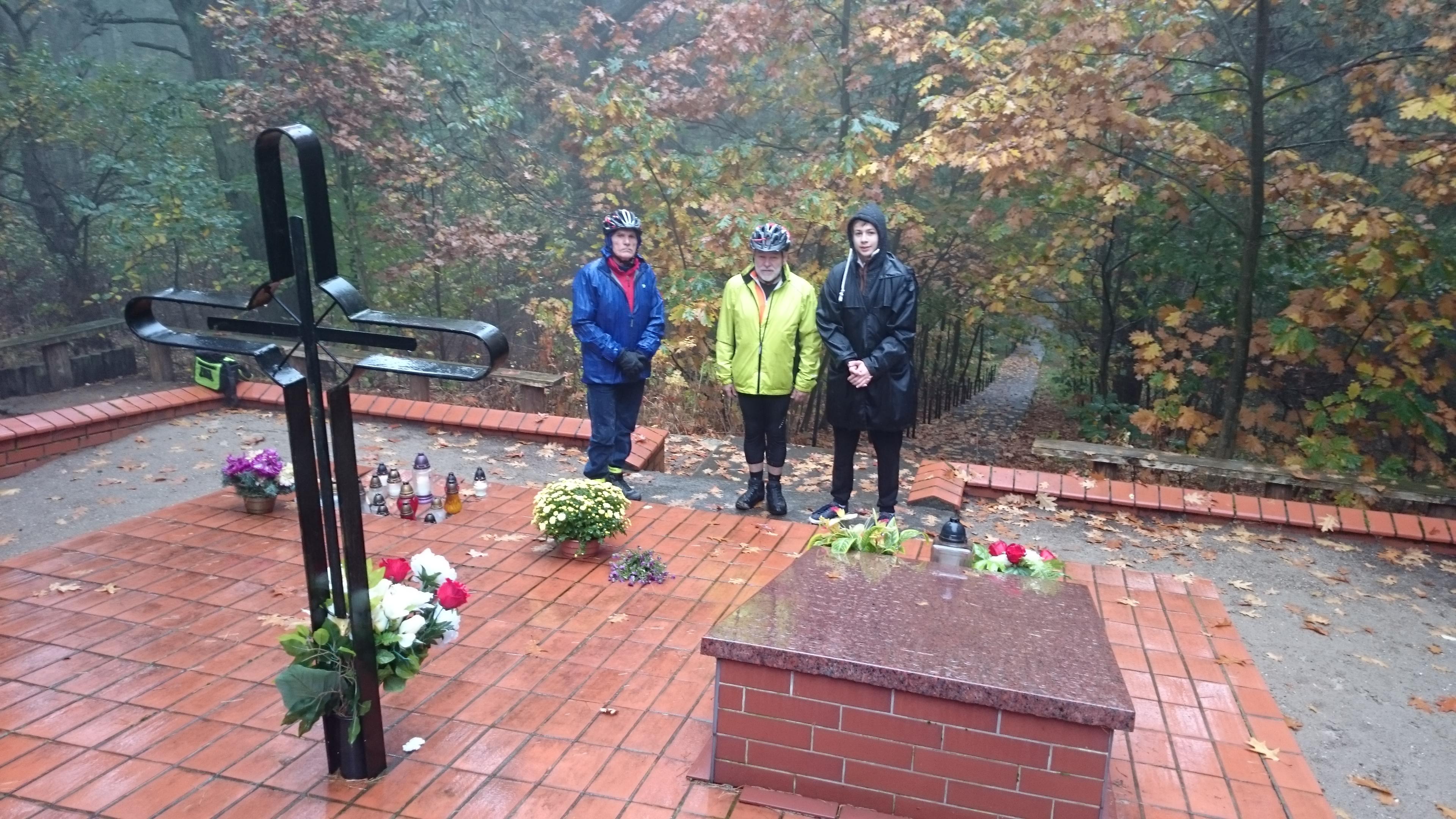 Mimo fatalnej pogody,  czterech rowerzystów z Piły wybrało się na Wzgórza Morzewskie by zapalić znicz pamięci