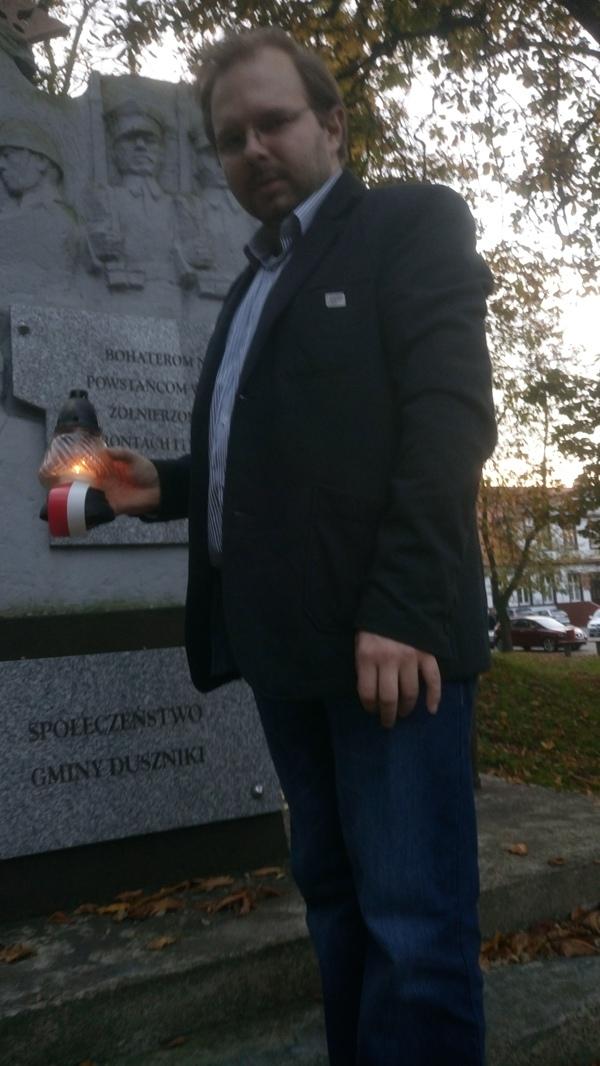 Prezes TMZD Jacek Lichocki zapalił znicz pod Pomnikiem Walk i Męczeństwa w Dusznikach