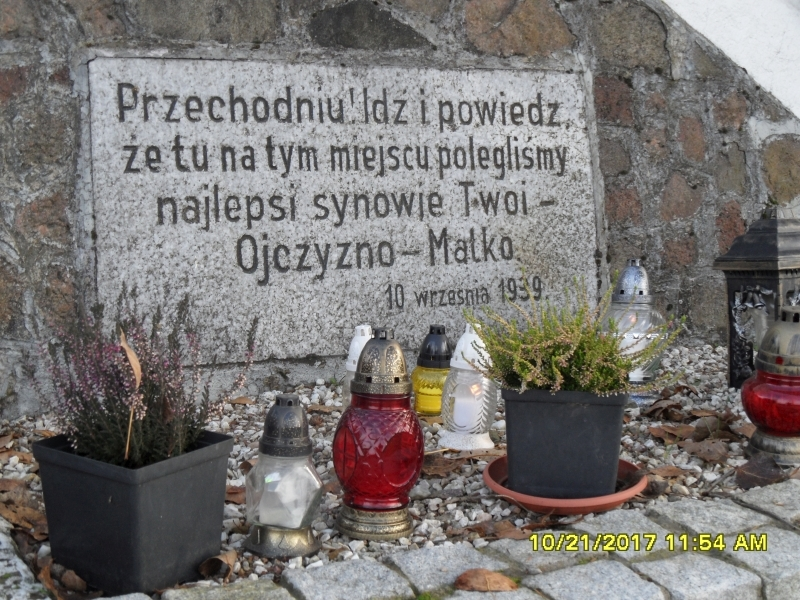 Niewolno, wymowny  napis na pomniku. - Niewolno, wymowny  napis na pomniku.