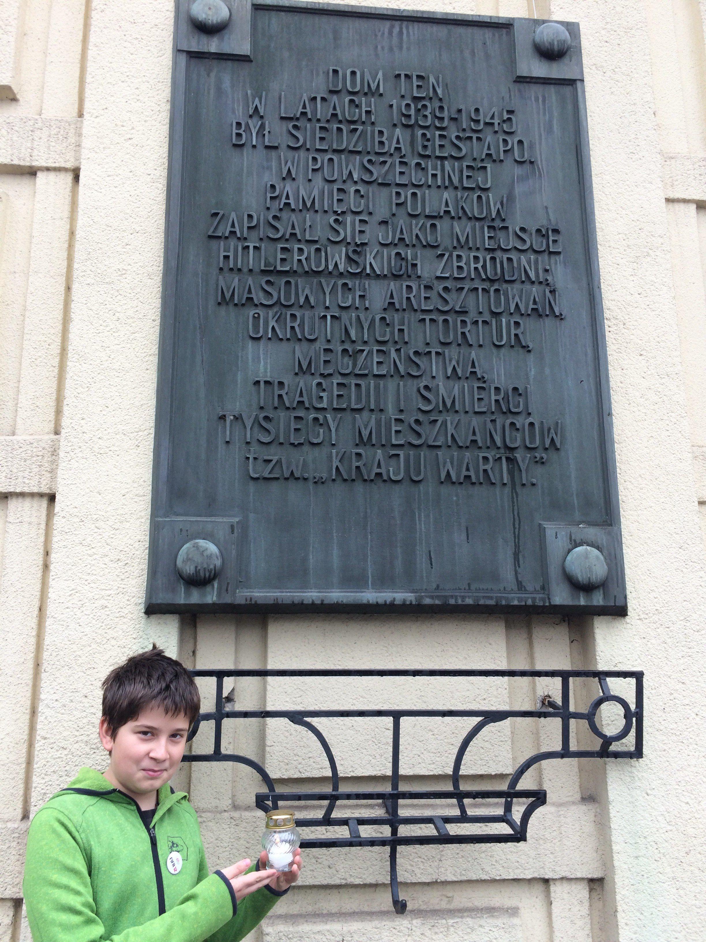 Tomasz Graczyk kl. 7b, Szkoła Podstawowa nr 51 w Poznaniu. Znicze zapalone pod Domem Żołnierza, gdzie w czasie II wojny światowej mieściła się siedziba Gestapo