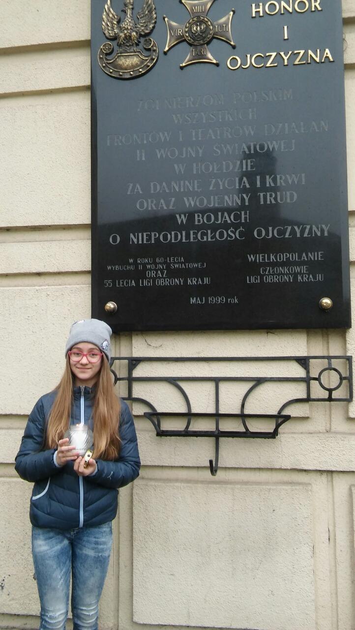 Laura Pollakowska SP 51 w Poznaniu kl. 6 A zapaliła znicz pod dawną siedzibą Gestapo w Poznaniu