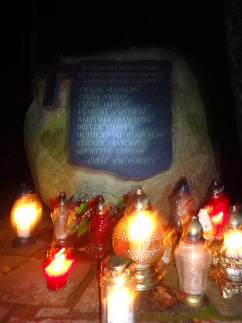 Oddział Ułanów Miasta Poznania zapalił znicz w miejscu straceń na skraju lasu w Murowanej Goślinie