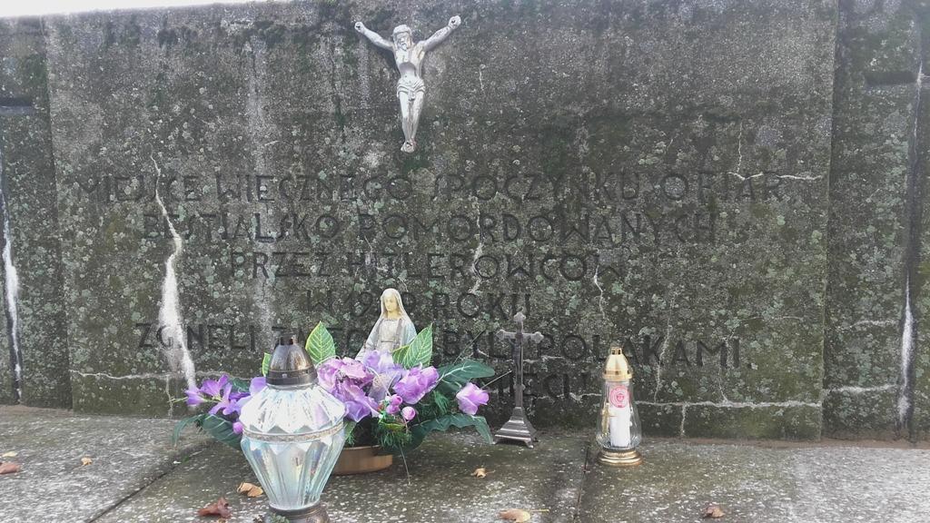 symboliczny znicz I Liceum Ogólnokształcącego im. Rodu Leszczyńskich w Lesznie