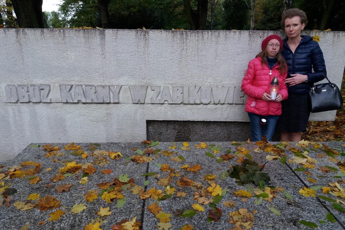 Marta Kuźma z babcią i mamą zapaliła znicze na na Cytadeli na grobie doktora Witaszka na grobie pomordowanych w obozie w Żabikowie, w Forcie VII przy Ścianie Śmierci oraz przy Dębie upamiętniającym zamordowanego w Katyniu porucznika Tadeusza Majchrzaka