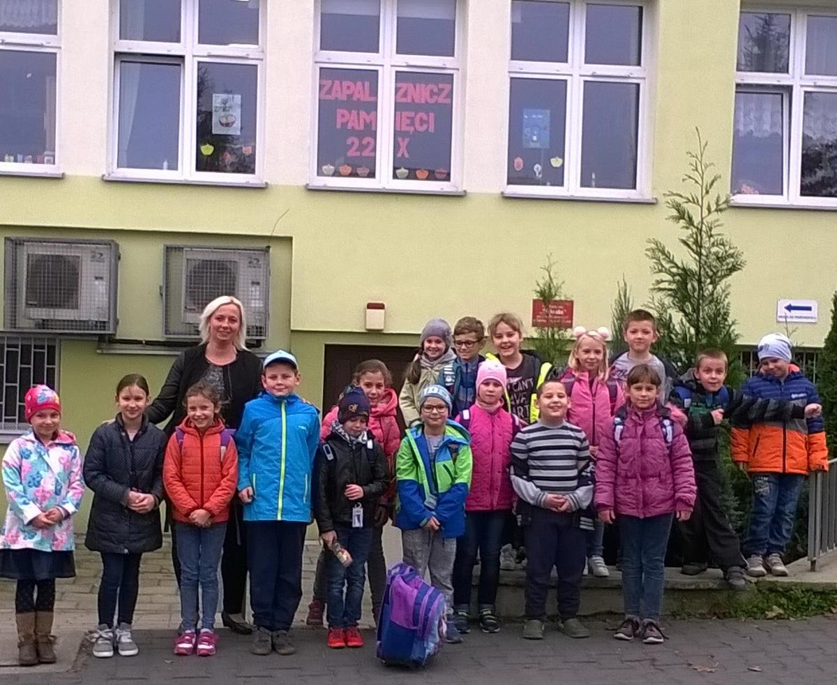 """Uczniowie ze Szkoły Podstawowej nr 3 w Luboniu wzięli udział w akcji """"Zapal znicz pamięci""""."""