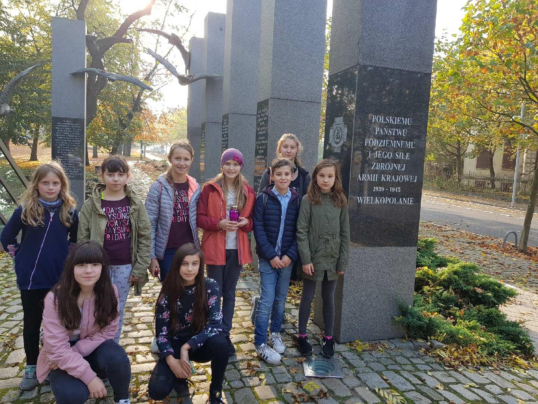 Uczniowie SP 51 w Poznaniu wzięli zapalili znicz pamięci na terenie Poznania i Warszawy