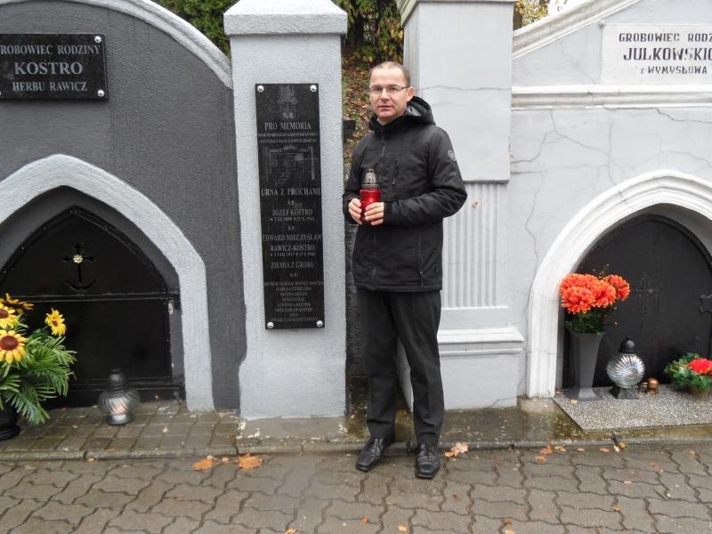 Trzemeszno. Zapalanie zniczy przy grobie z prochami zamordowanych w obozie w Auschwitz Jozefa Kostro i Edwarda Rawicz-Kostro.