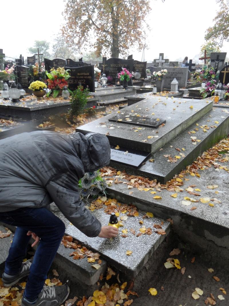 Trzemeszno. Znicz na grobie rodziców bl. ks. St. Kubskiego zamęczonego w obozie w Dachau.