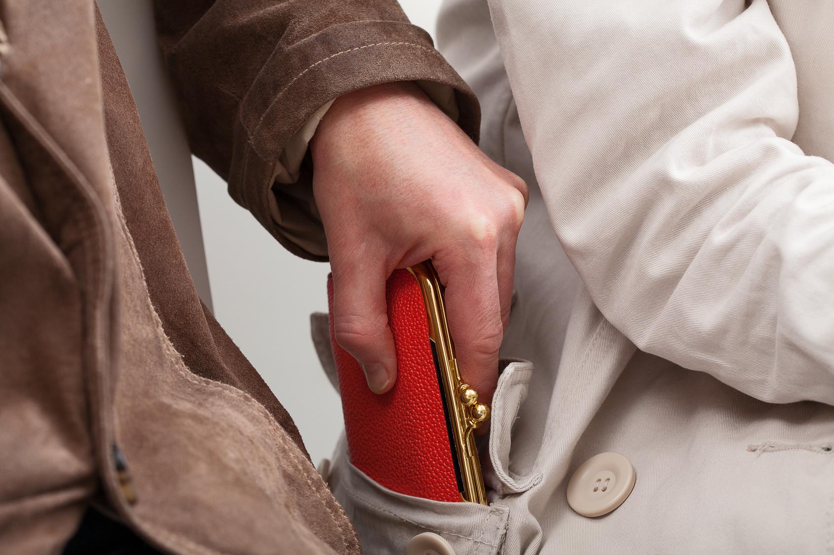 złodziej kieszonkowiec portfel kradzież - Fotolia