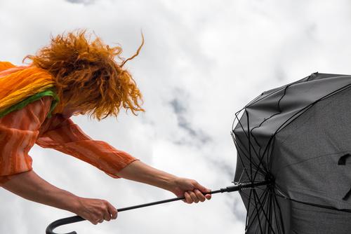 wiatr parasol wichura huragan - Fotolia