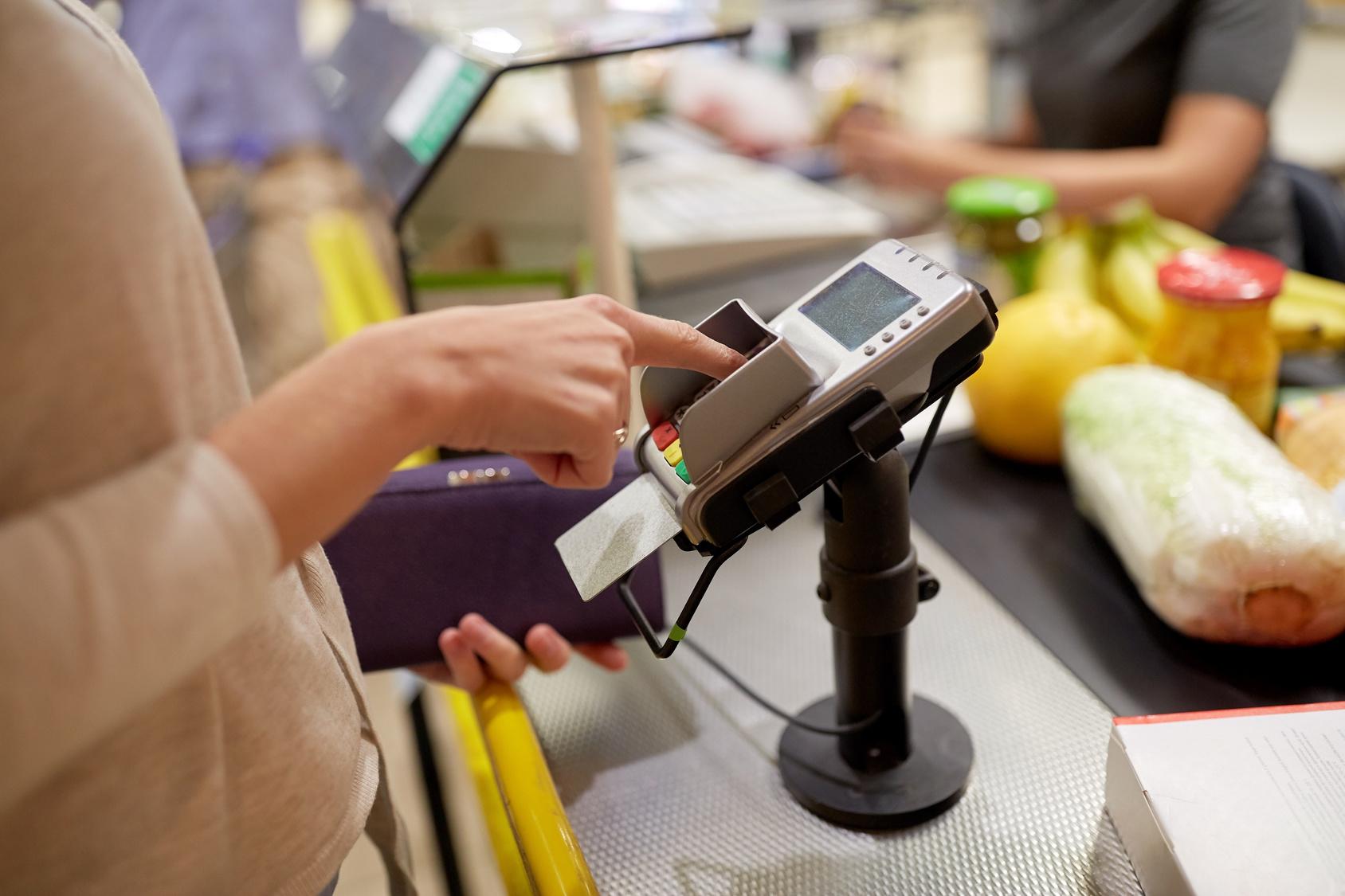 sklep kasa karta płatnicza terminal - Fotolia