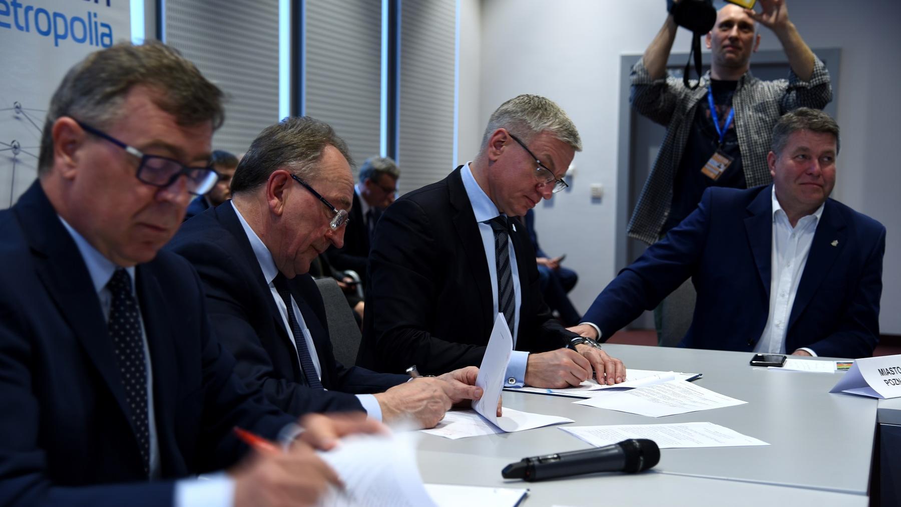 podpisanie umowy kolej metropolitarna - Urząd Miasta Poznania