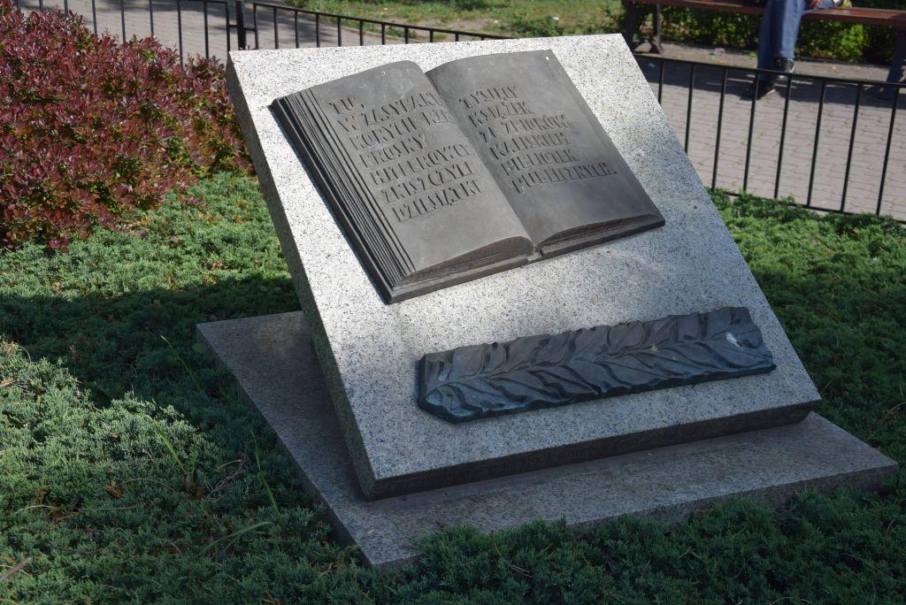 pomnik książki kalisz - Danuta Synkiewicz
