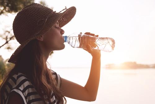 upał woda gorąco lato wakacje kapelusz dziewczyna - Fotolia