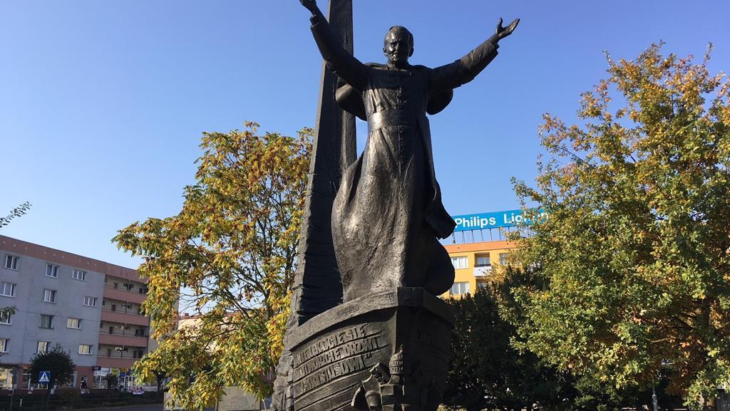 pomnik papieża obrzucony jajkami piła - Przemysław Stochaj