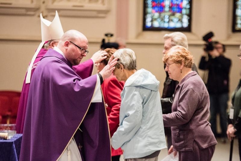 środa popielcowa popielec - Catholic Diocese of Saginaw/flickr.com