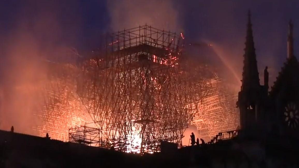 pożar Notre-Dame w Paryżu - fb/tv.live