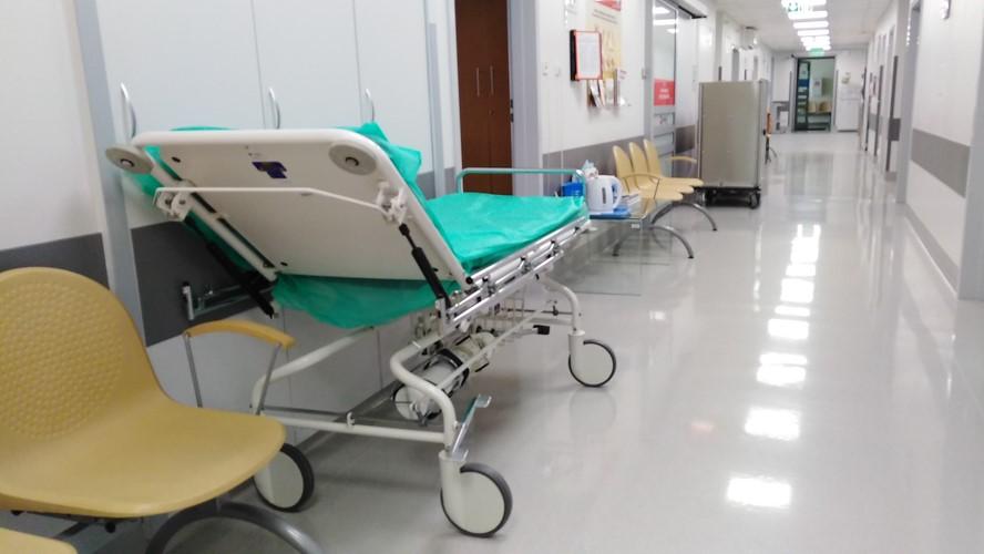 szpital łóżko  - Wojtek Wardejn