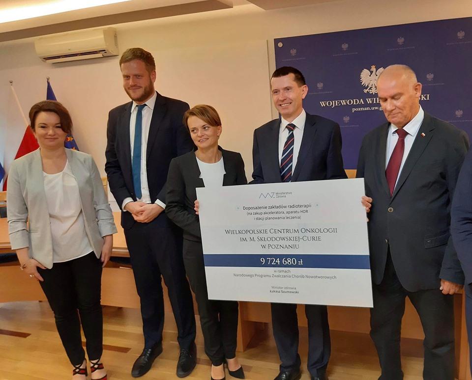 Janusz Cieszyński podpisał w Poznaniu umowy, dotyczące dofinansowania sprzętu dla Wielkopolskiego Centrum Onkologii w Poznaniu - FB: Jadwiga Emilewicz
