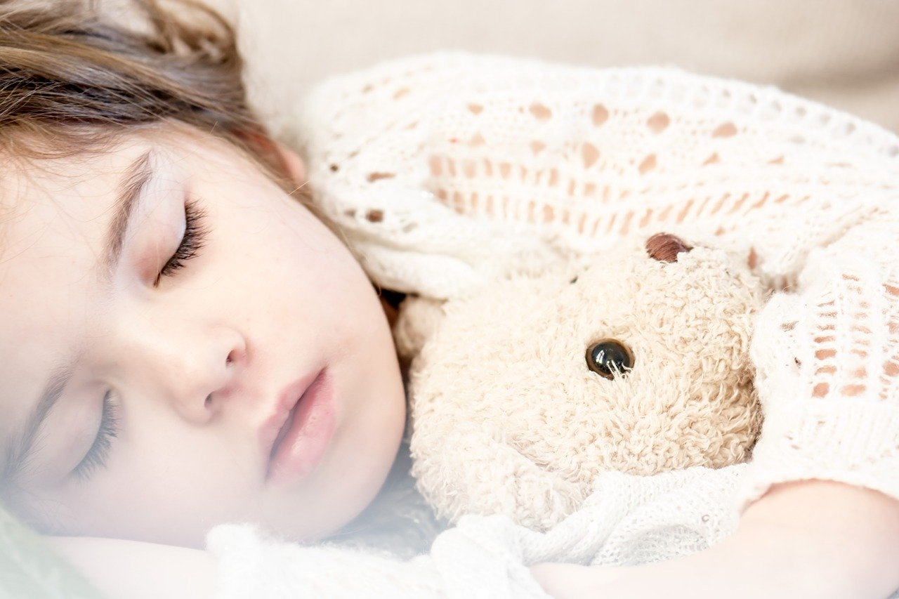miś pluszowy dziecko śpi sen dziewczynka - Pexels