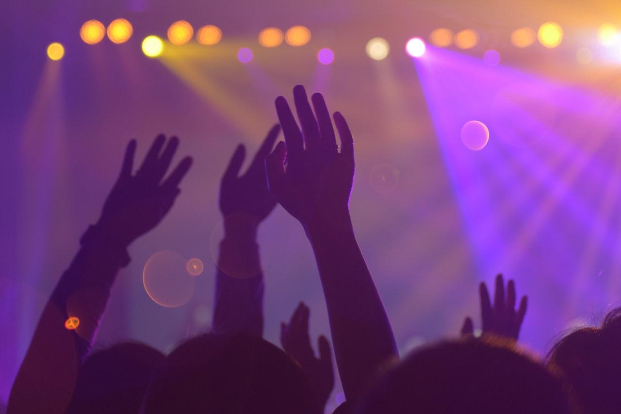 muzyka koncert tłum publiczność - Pexels