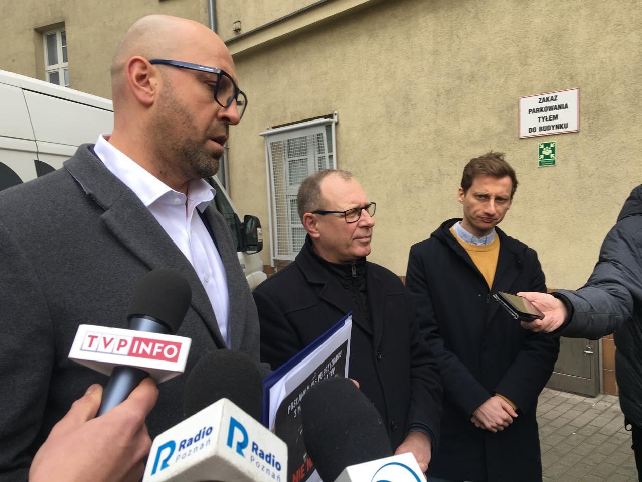 poseł jakub rutnicki konferencja pod szpitalem - Jacek Butlewski