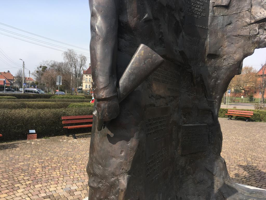 uszkodzony pomnik powstańców środa wielkopolska  - Rafał Regulski