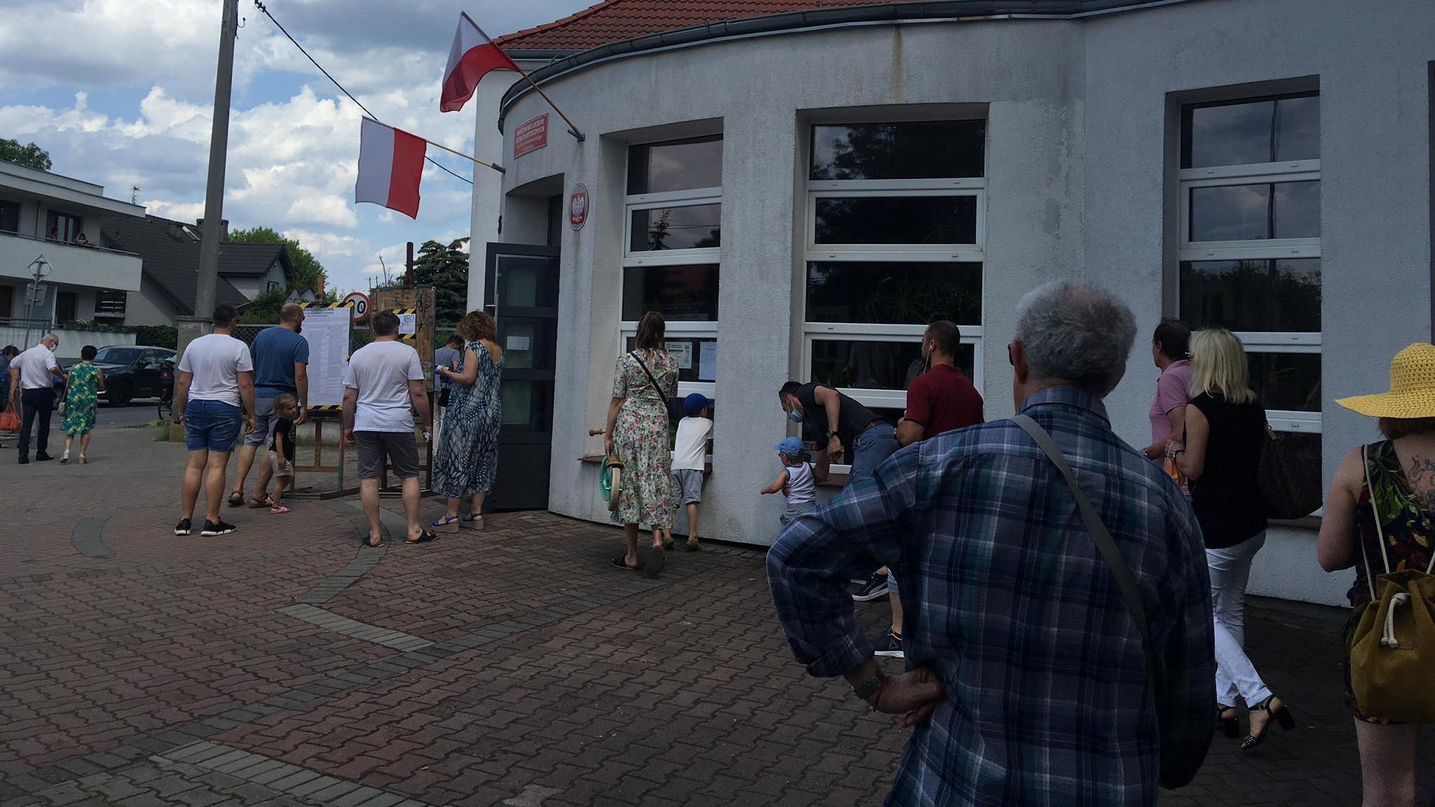 junikowo kolejka do lokalu wyborczego - Jacek Butlewski