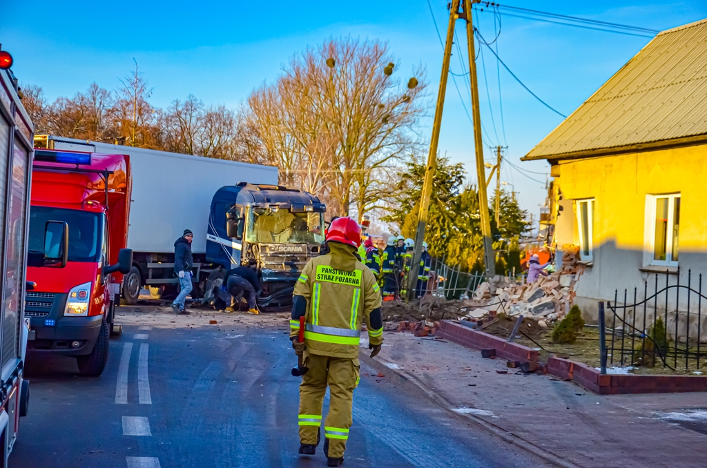 fabianowo ciężarówka wjechala w dom - Jarocin112