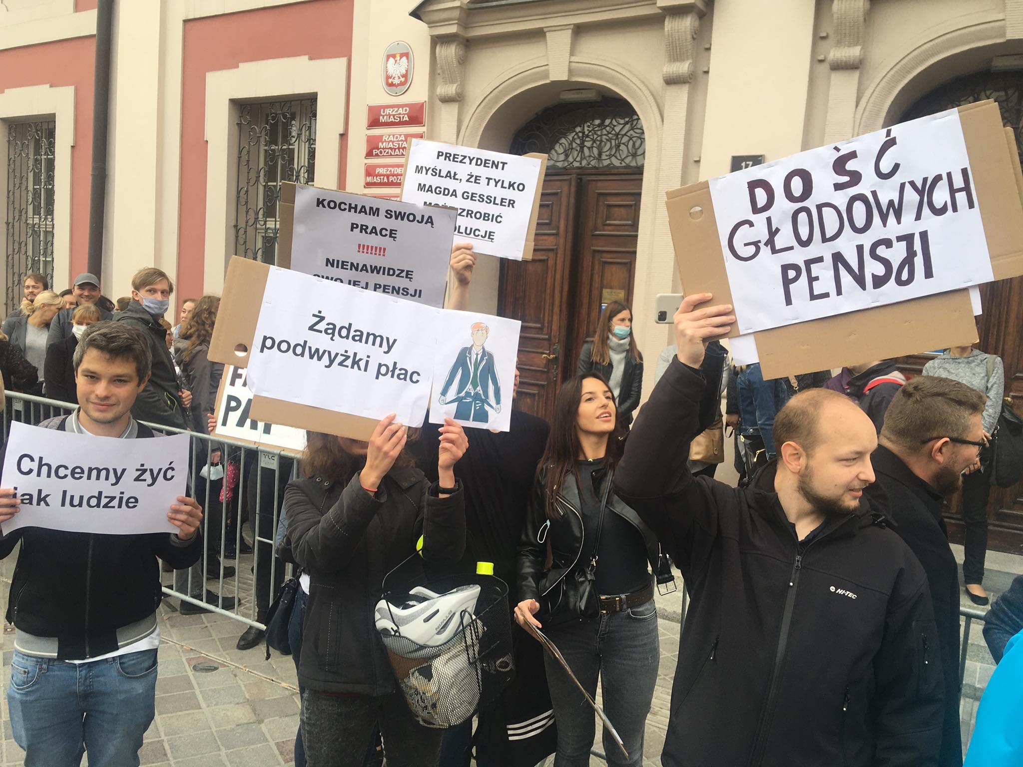 protest przed urzędem miasta  - Jacek Butlewski