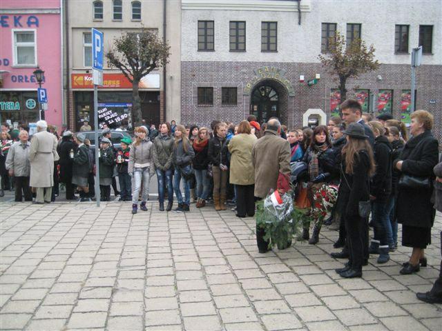 Znicze pamięci  w Kościanie; 23.10.1939r. o godz. 14.00 Niemcy na Rynku pod murem Ratusza rozstrzelali 18 Polaków/fot.J.Marciniak