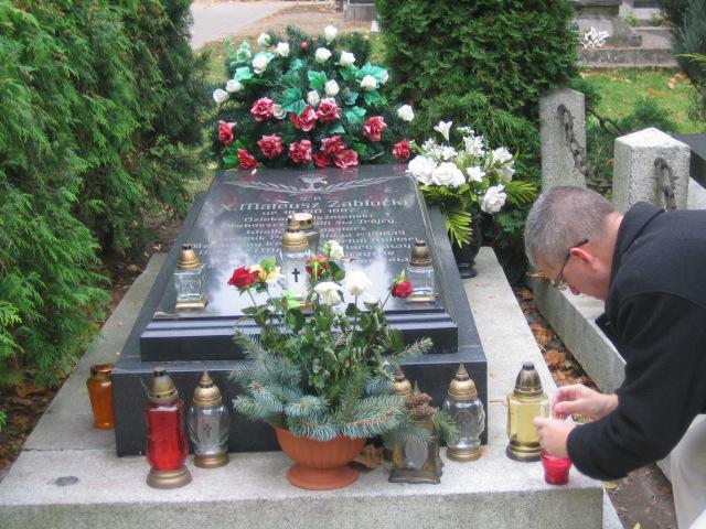 Historyk Robert Gaweł zapala znicz przy grobie ks. majora Mateusza Zabłockiego - obrońcy Gniezna/fot.R.Muniak