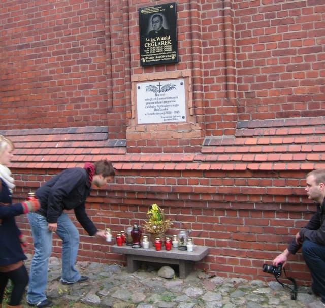 Znicz Pamięci - grupa polskich i niemieckich studentów przy tablicy pamiątkowej w szpitalu psychiatrycznym Dziekanka w Gnieźnie/fot.R.Muniak
