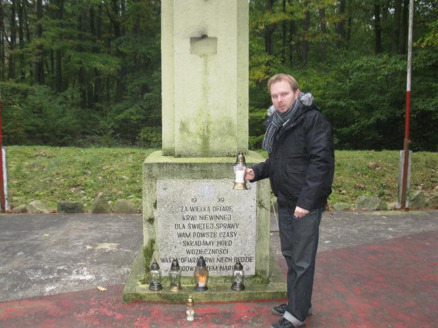 Grzebienisko Las - pod pomnikiem ku czci ponad 70 zamordowanych w tym miejscu/fot. Jacek Lichocki