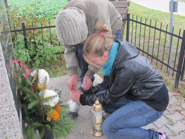 Przy pomniku ku czci 15 mieszkańców wsi Przebędowo i Trojanowo zgładzonych przez Niemców