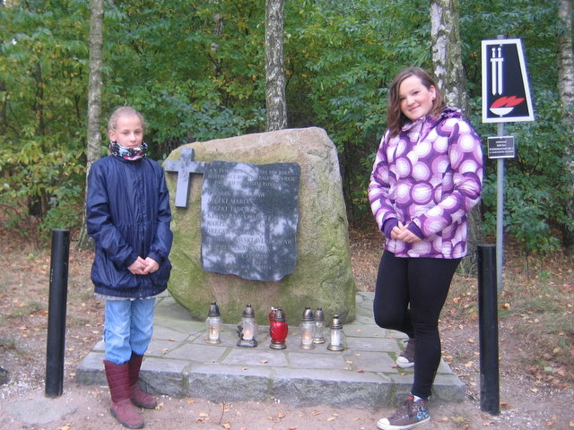 Przed obeliskiem upamiętniającym 9 mieszkańców gminy Murowana Goślina zamordowanych w 1939