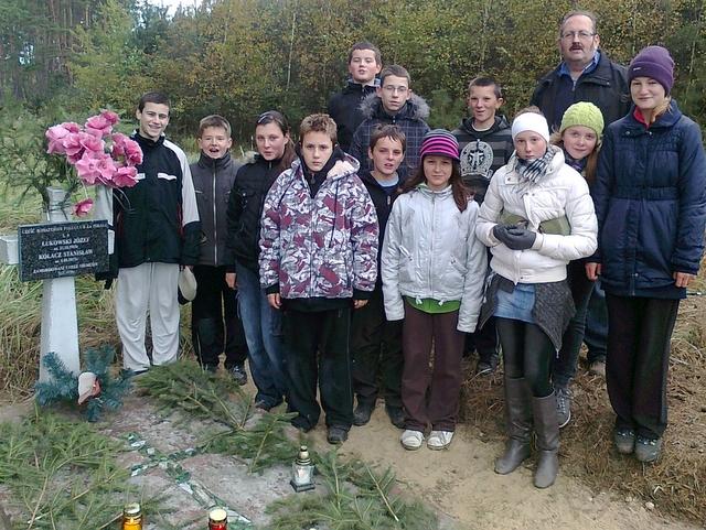 Uczniowie uporządkowali grób i zapalili znicze w Lasku Białężyńskim