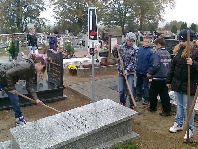 Sprzątanie miejsc pamięci na cmentarzu w Białężynie