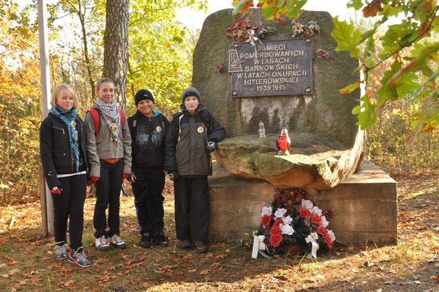 Znicze przy pomniku pomordowanych Słupi Kapitulnej pow. Rawicz