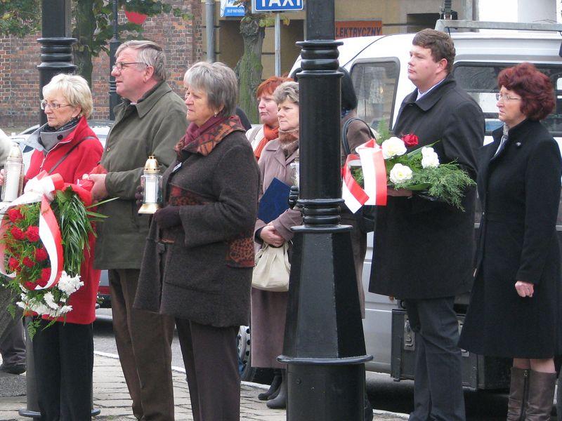 Znicze i kwiaty w hołdzie pomordowanym na kościańskim rynku