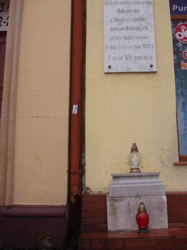 Znicze w bramie kamienicy przy Placu Wolności 19 w Mogilnie