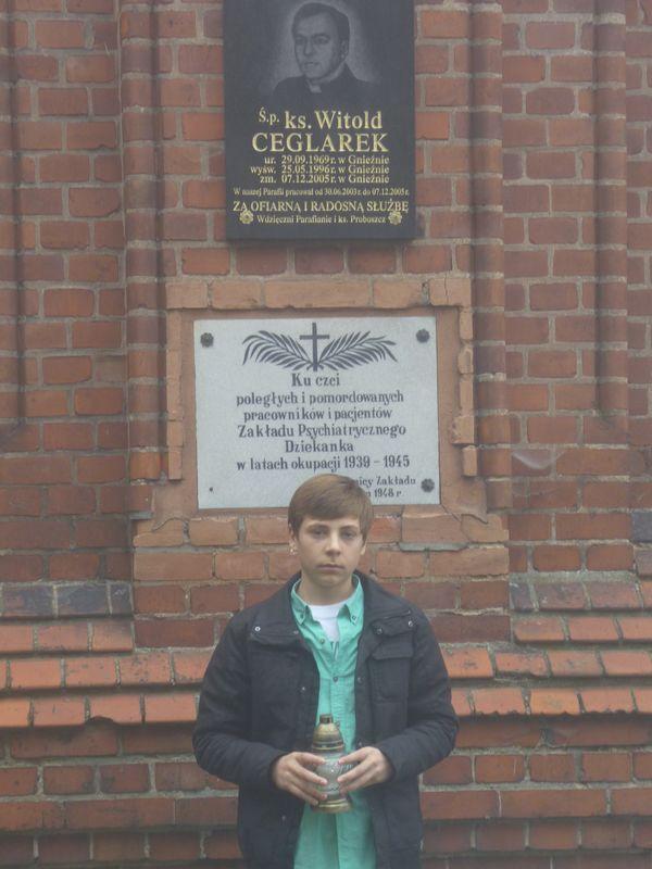Znicze pod tablicą pamiątkową szpitala Dziekanka w Gnieźnie