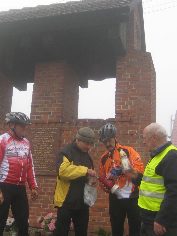 Rowerzyści zapalili znicze w Zelgniewie